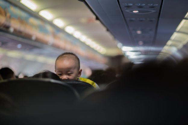 bebelus in avion